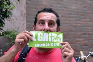 """Cristiano Cavina """"posa"""" con il volantino del Grido 2014"""